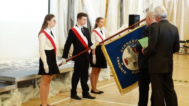 Dekoracja sztandaru Gimnazjum nr 6 odznaką