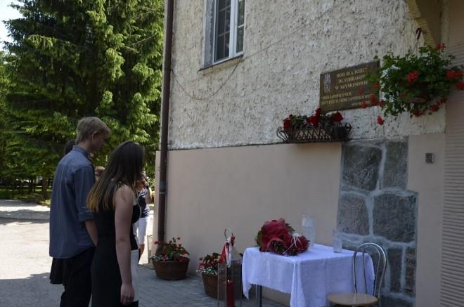 Złożenie kwiatów pod tablicą pamiątkową w Domu dla Dzieci im. Sybiraków w Szymonowie