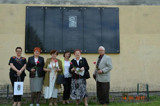 Złożenie kwiatów pod tablicą ofiar mordu w Katyniu