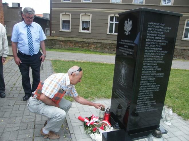 Złożenie kwiatów pod pomnikiem w Golubiu-Dobrzyniu