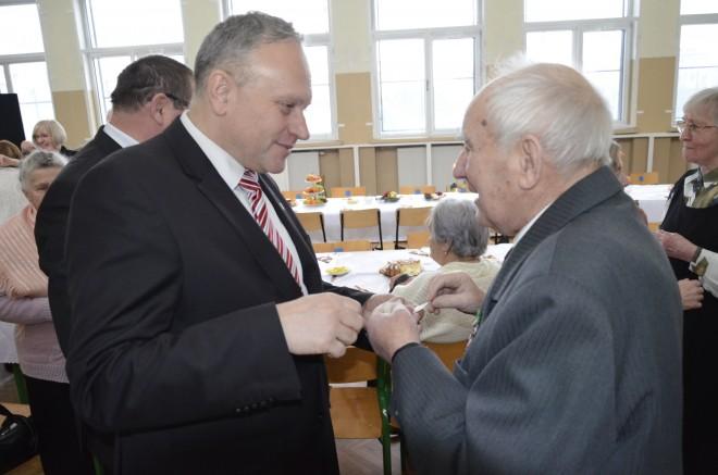 Starosta powiatu augustowskiego Jarosław Szlaszyński składa życzenia Sybirakowi